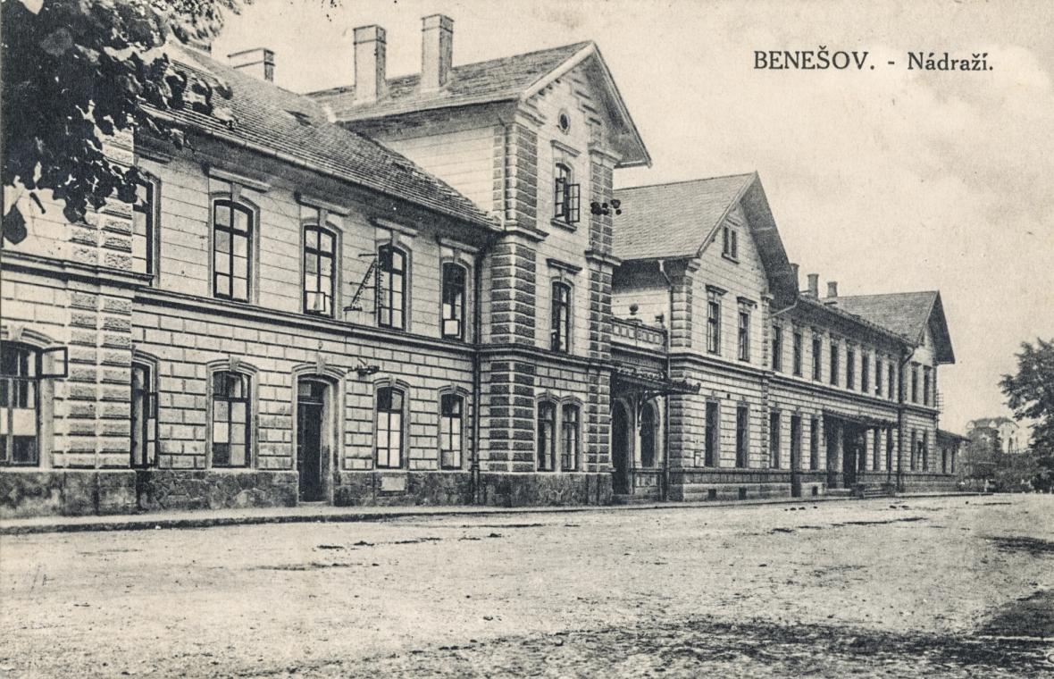 Nádraží v Benešově kolem roku 1920 a dnes