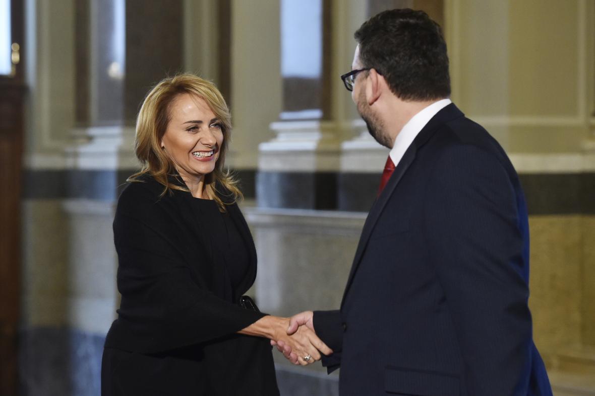 Michal Lukeš vítá pražskou primátorku Adrianu Krnáčovou na slavnostním otevřením historické budovy Národního muzea