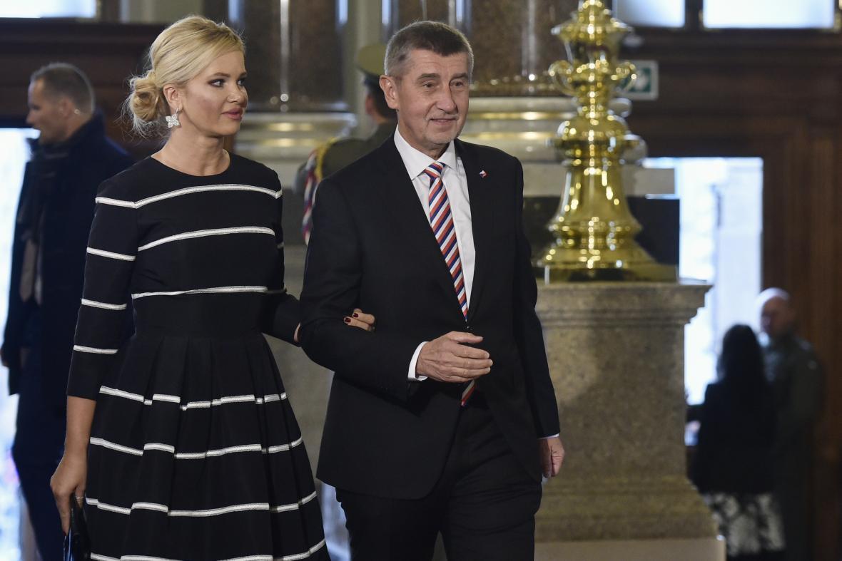 Premiér Andrej Babiš a jeho manželka Monika přicházejí na slavnostní otevření historické budovy Národního muzea