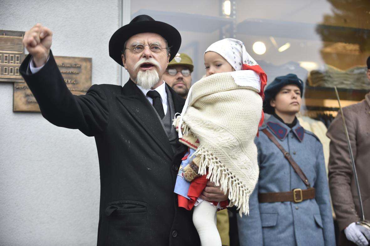 Herec zlínského divadla Rostislav Marek jako prezident Tomáš G. Masaryk při oslavě stého výročí založení ČSR na náměstí Míru ve Zlíně