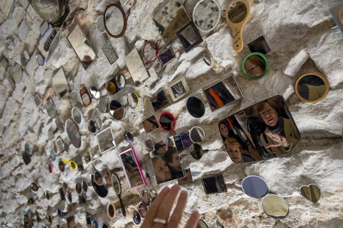 Ve sklepení litomyšlského zámku mohli návštěvníci poprvé vidět 27. října 2018 instalaci s názvem Více srdce pro Václava Havla