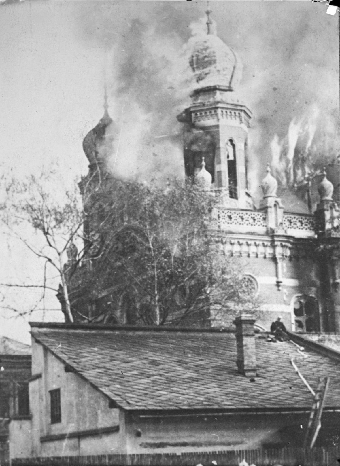 Vypálená synagoga v německém Norimberku 10. listopadu 1938