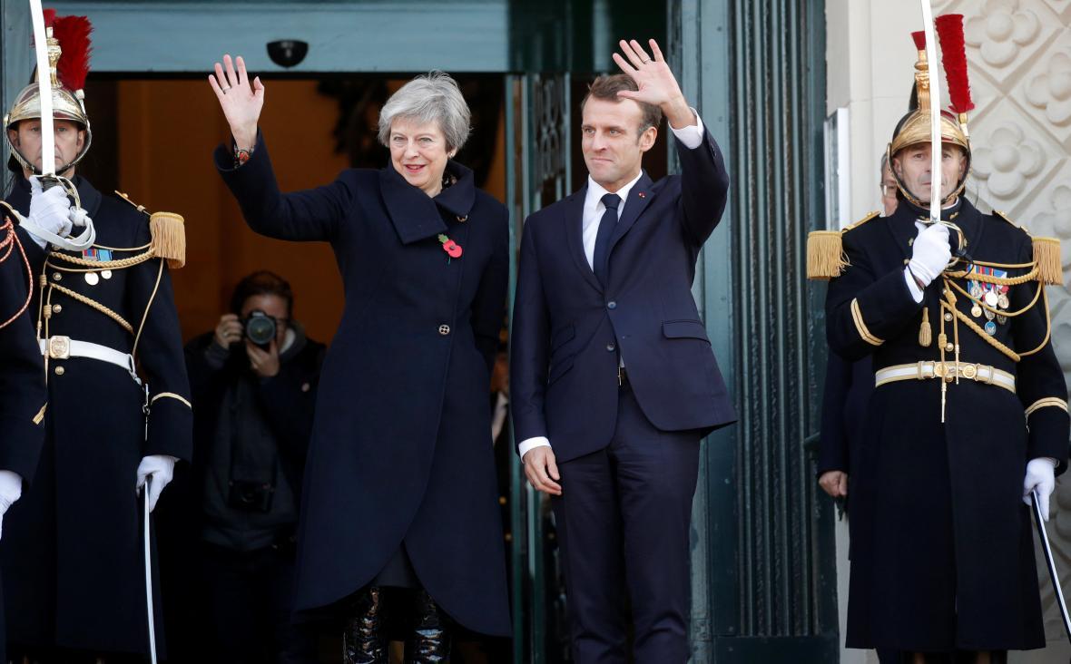Francouzský prezident Emmanuel Macron se vítá s britskou premiérkou Theresou May