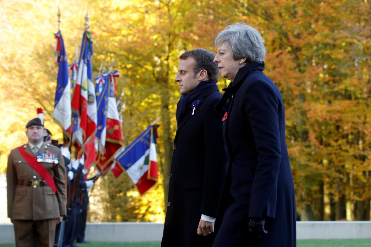 Francouzský prezident Emmanuel Macron a britský premiér Theresa May se zúčastnili vojenského ceremoniálu na francouzsko-britském národním nekropolisu v Thiepvalu