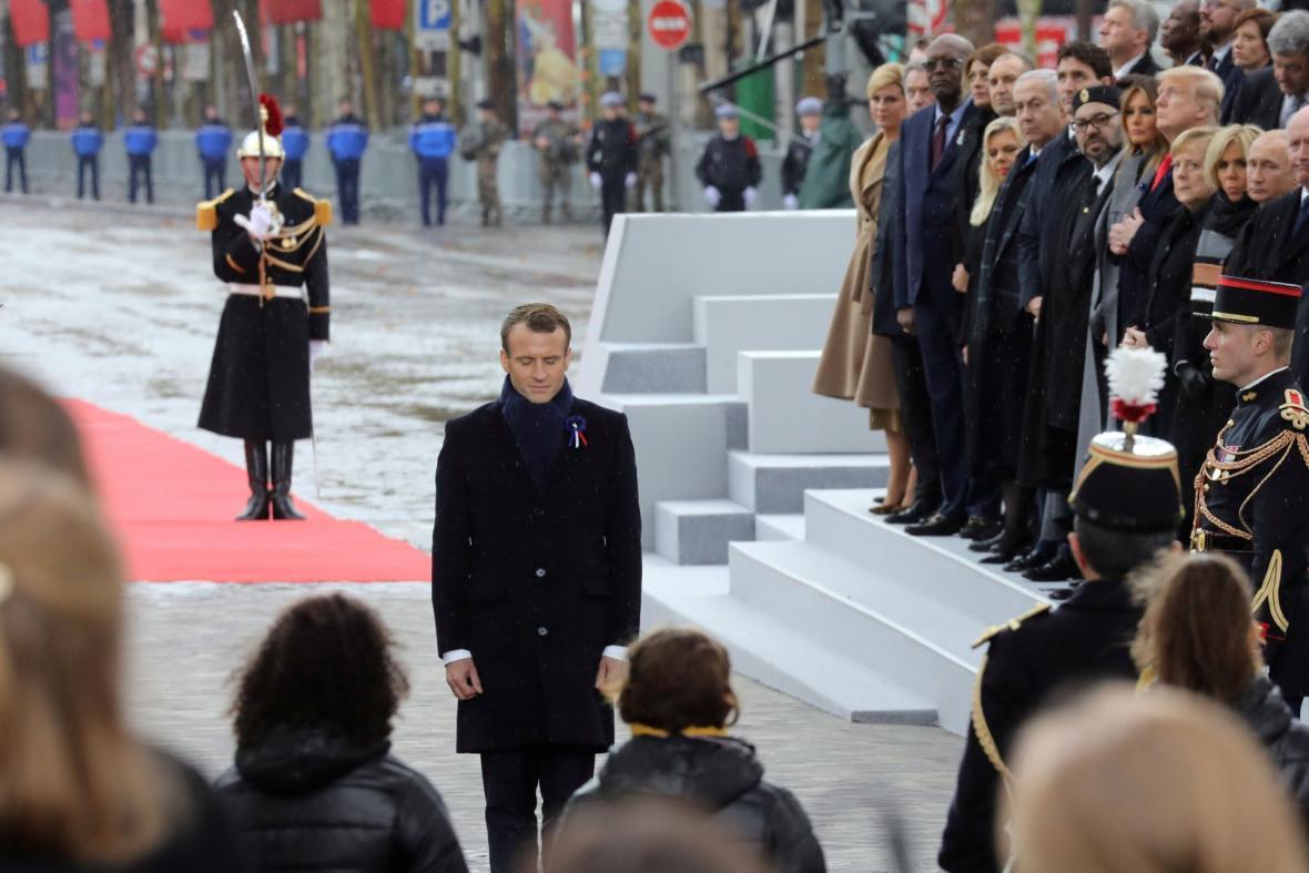 Emmanuel Macron u hrobu neznámého vojína
