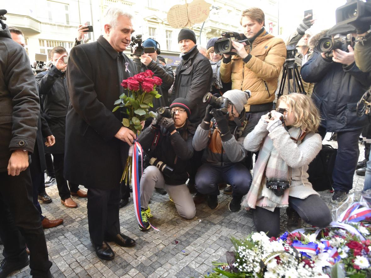 Senátor za ČSSD Milan Štěch u památníku na Národní třídě