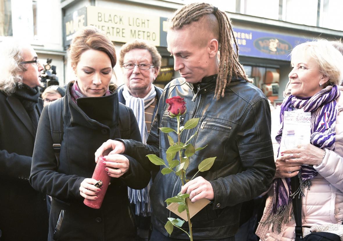 Předseda Pirátské strany Ivan Bartoš a jeho manželka Lydie Franka Bartošová na Národní třídě