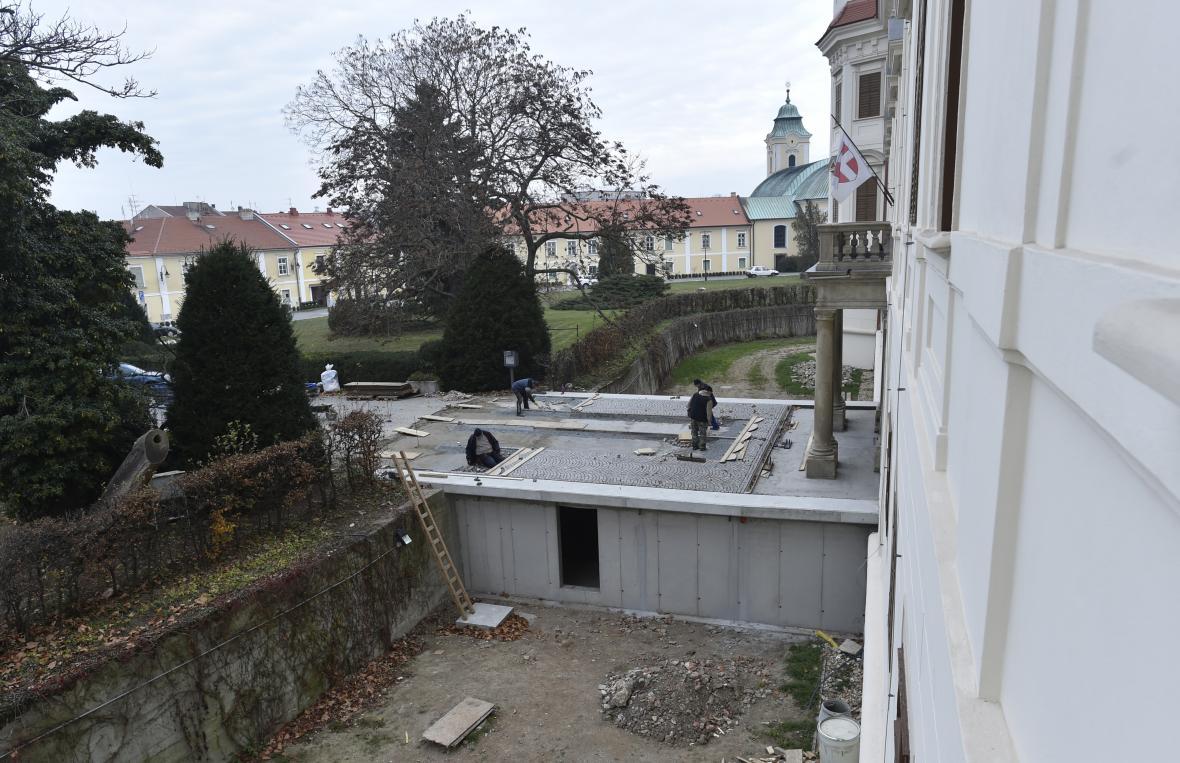 Skořepinová konstrukce památku ukrývá i chrání