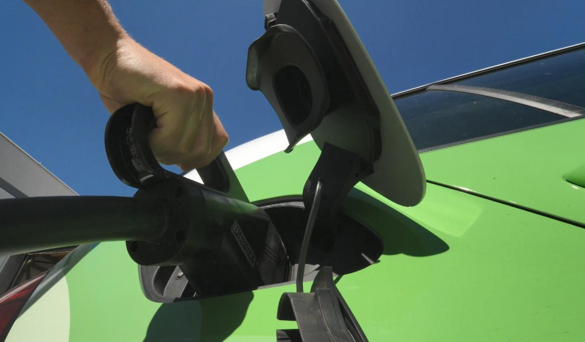 Dobíjení elektromobilu. Ilustrační foto