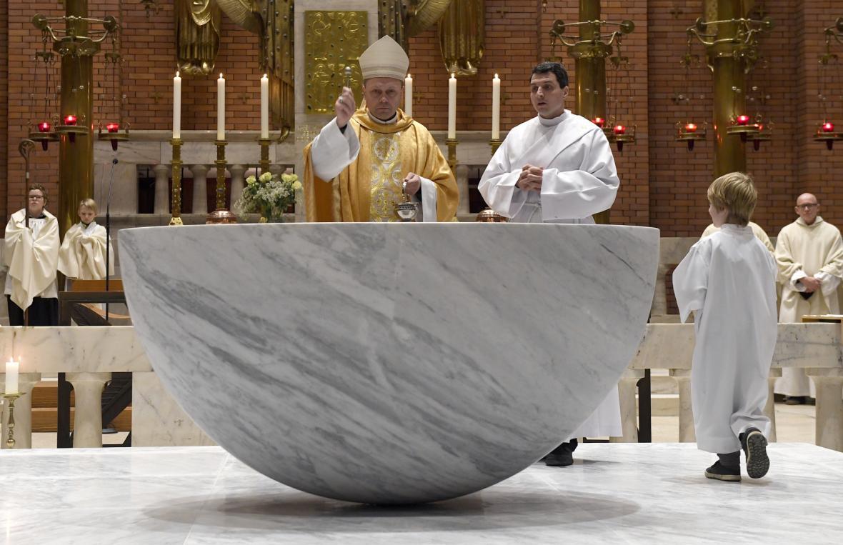 Nový oltář v kostele  Nejsvětějšího srdce Páně