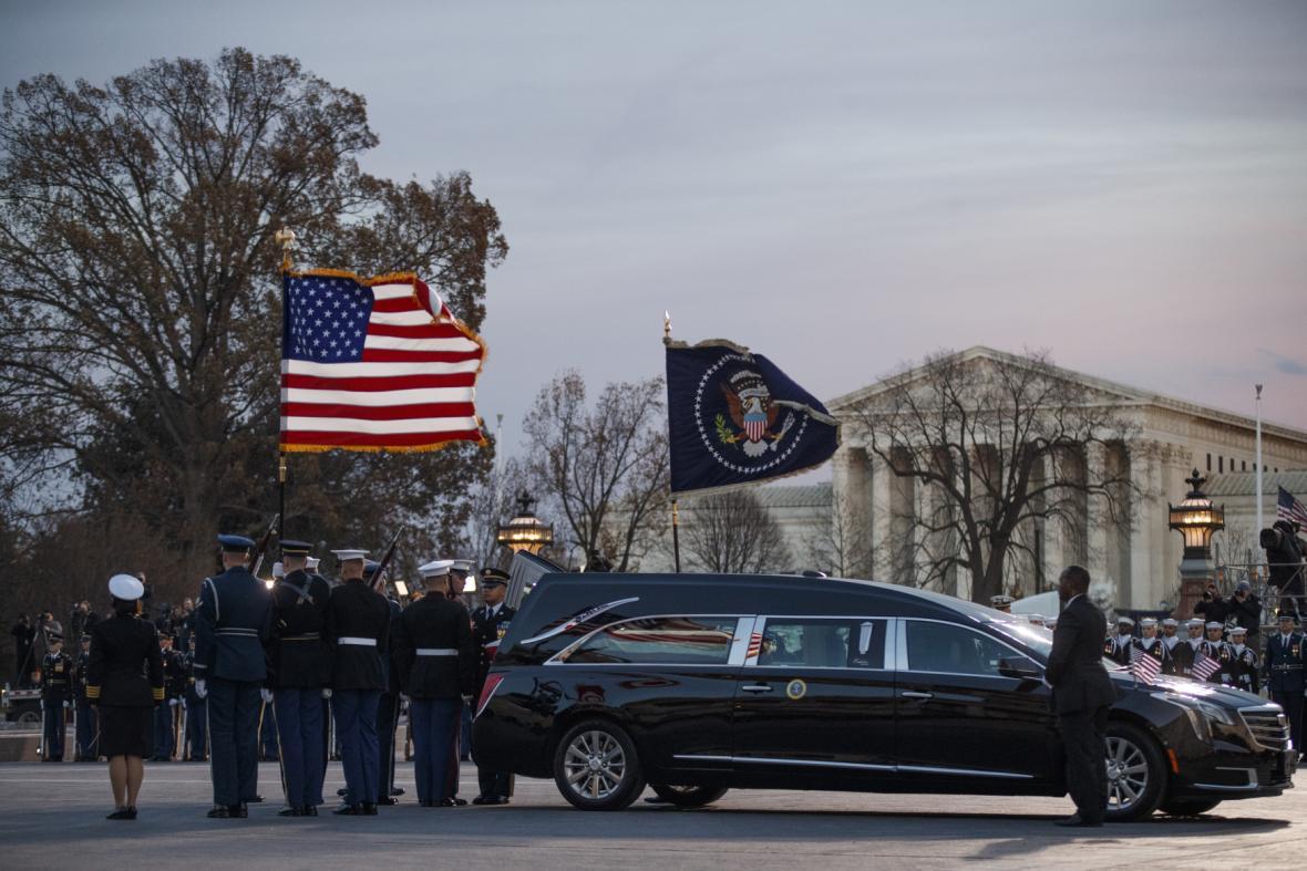 Čestná stráž nese rakev George Bushe staršího