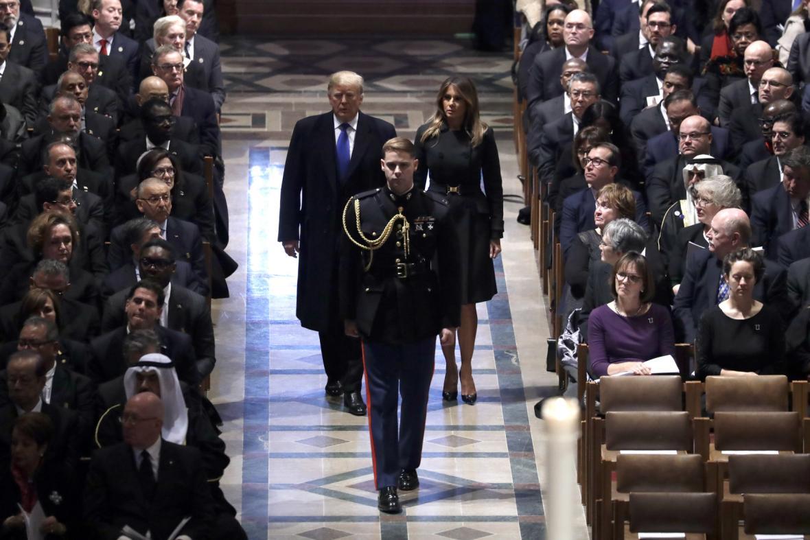 Donald a Melania Trumpovi na smutečním obřadu v Národní katedrále ve Washigtonu