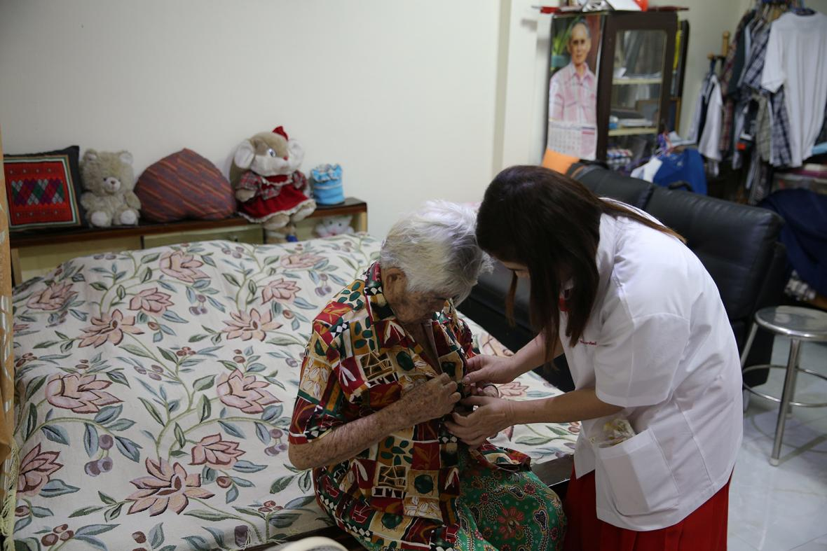 Seniorka se svým domácím mazlíčkem na nafukovací matraci v ulicích Houstonu po úspěšné evakuaci ze zaplavených domů následkem řádění tropické bouře Harvey