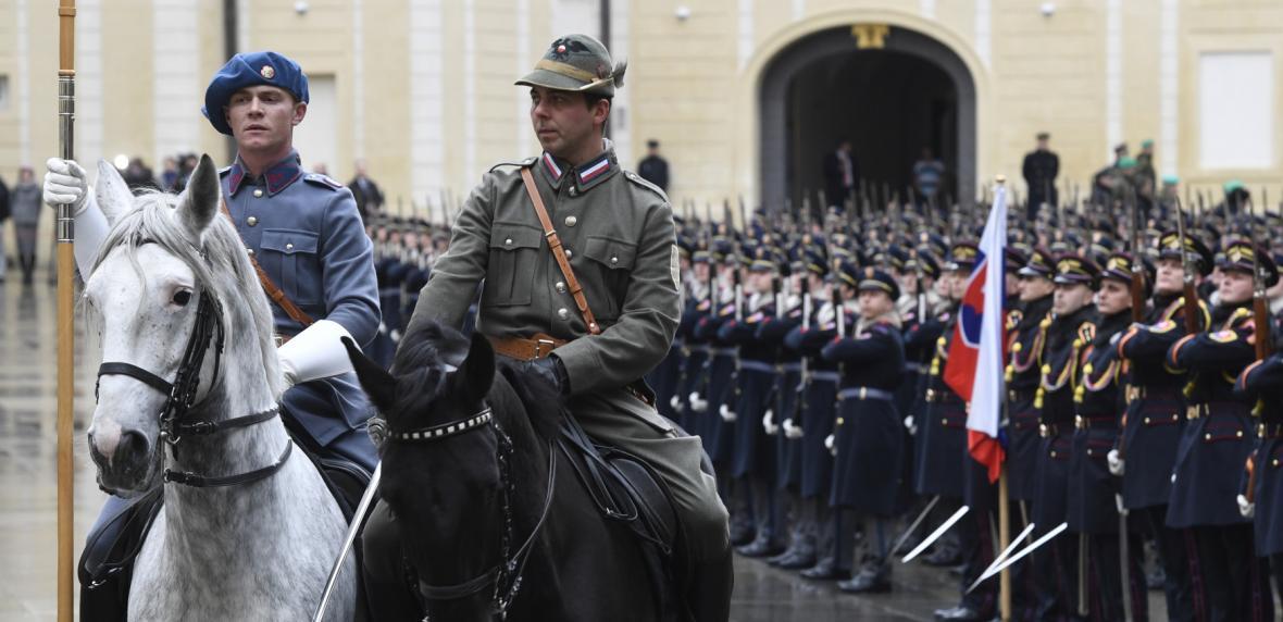 Slavnostní nástup ke 100 letům Hradní stráže