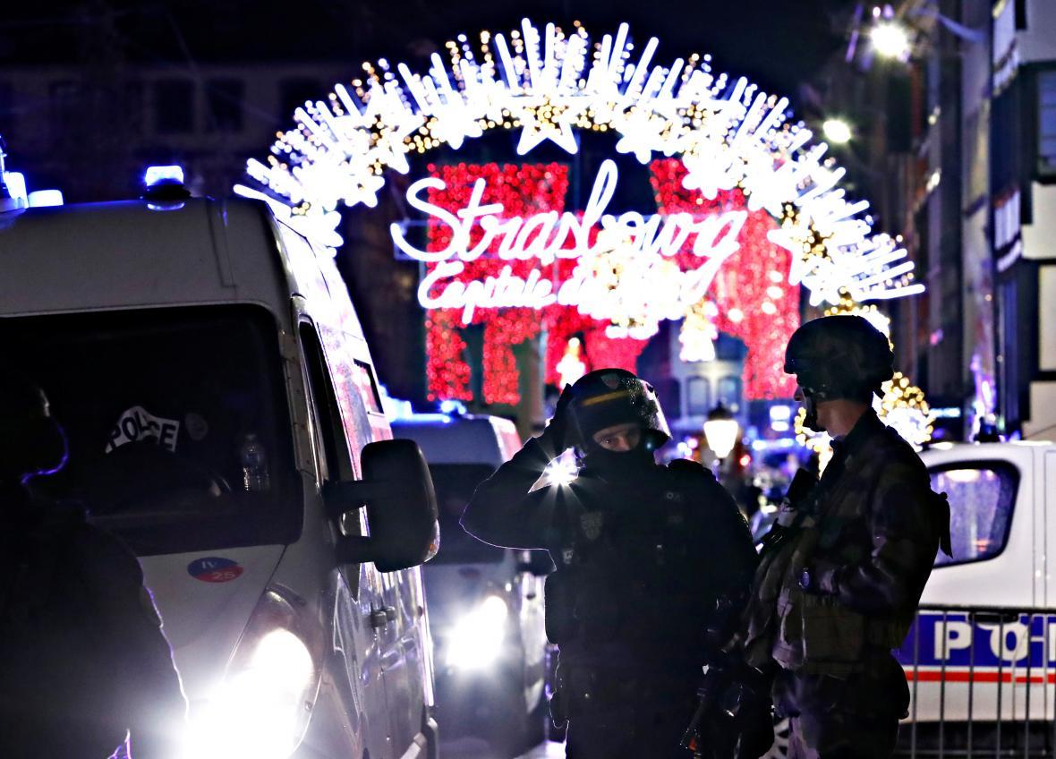 Francouzští policisté blízko místa útoku u vánočních trhů