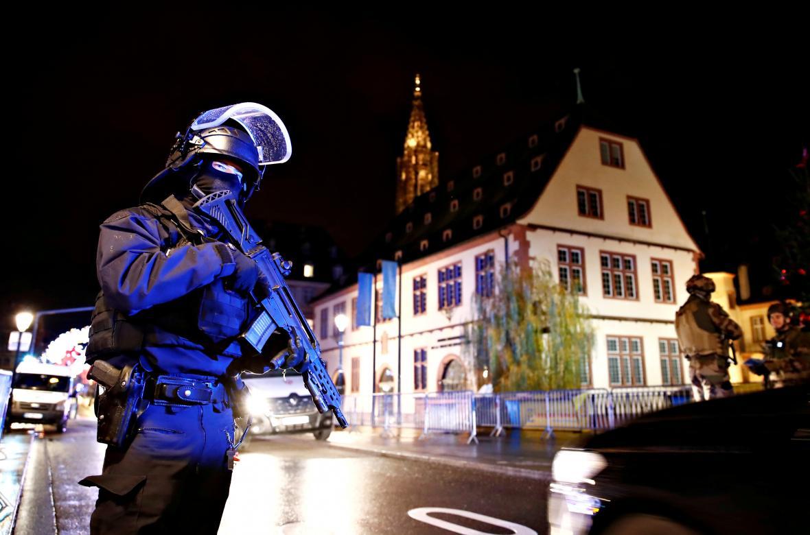 Příslušníci bezpečnostních složek blízko místa útoku