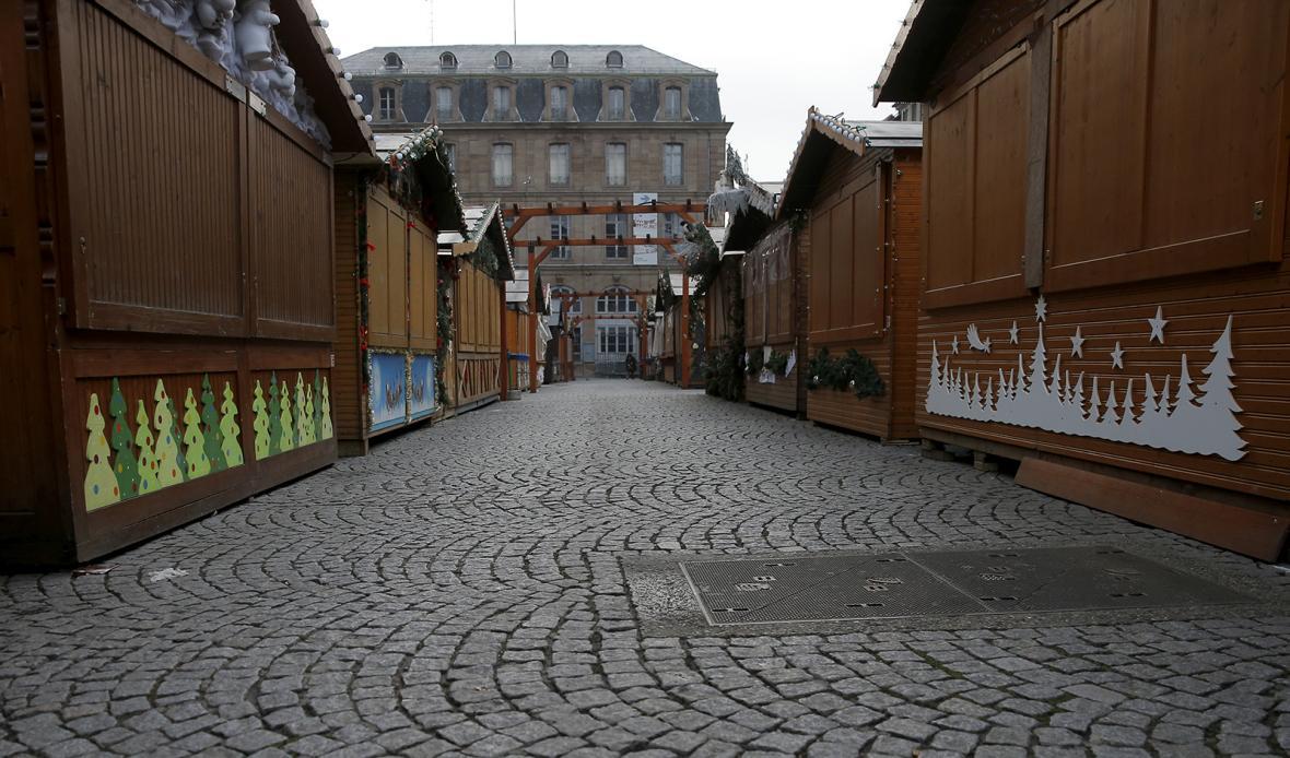 Vojáci se samopaly v opuštěných předvánočních ulicích centra Štrasburku.