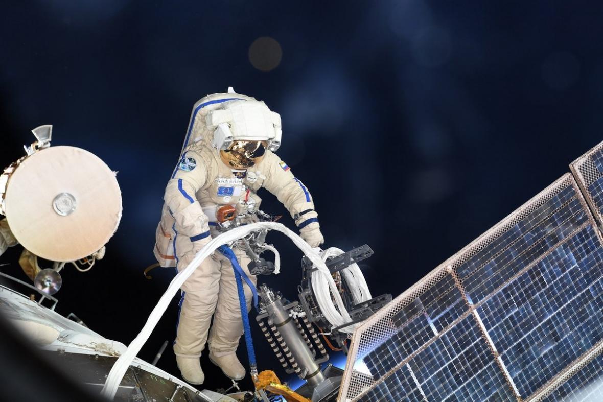 Zkoumání otvoru na ISS