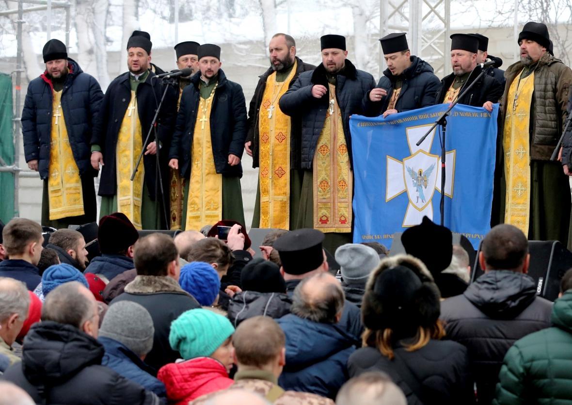 Pravoslavní kněží u katedrály svaté Sofie v Kyjevě
