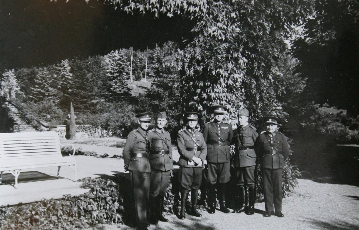 Vojáci na zahradě vily Stiassni