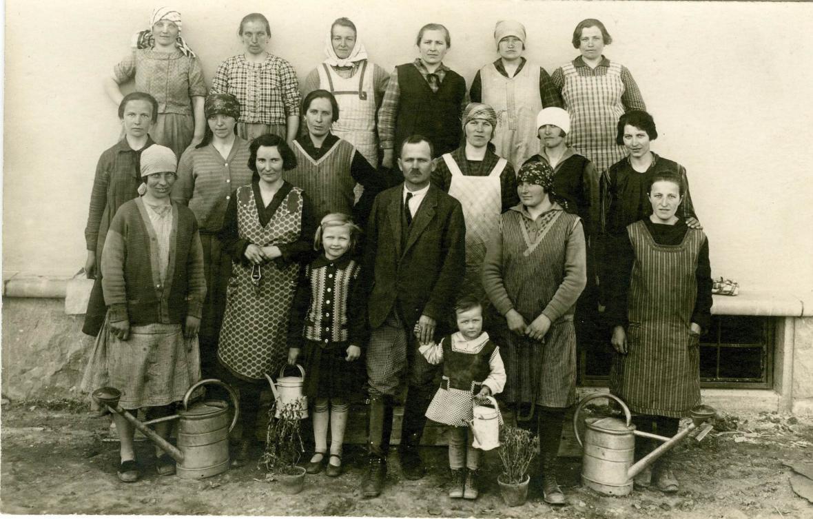 Personál vily Stiassni. Uprostřed zahradník Fröml s dcerami