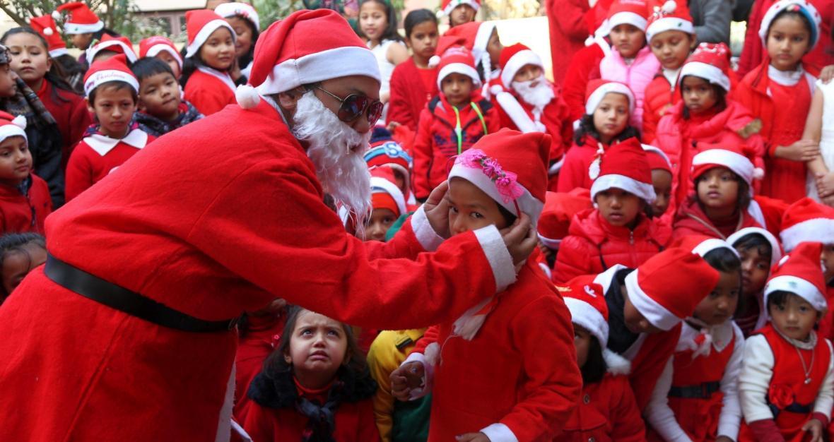 Nepálský učitel oblečený jako Santa Claus se účastní oslav Vánoc na místní škole v Kathmandu