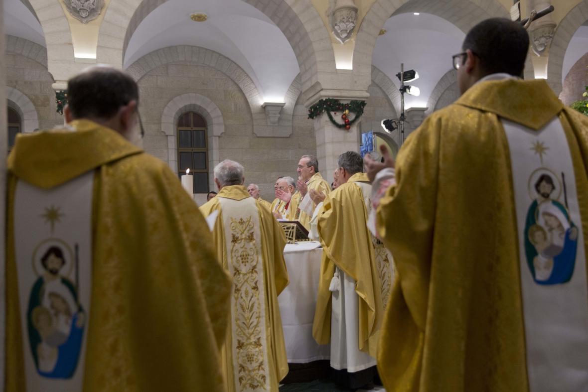 Arcibiskup Pierbattista Pizzaballa, nejvyšší římskokatolický duchovní ve Svaté zemi, stojí v čele půlnoční mše