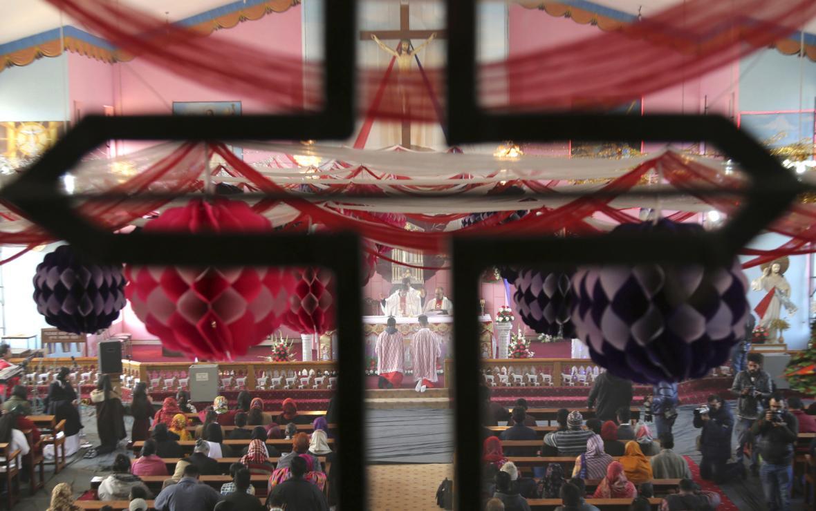 Indičtí křesťané při vánoční modlitbě v kostele sv. Marie v Džammú