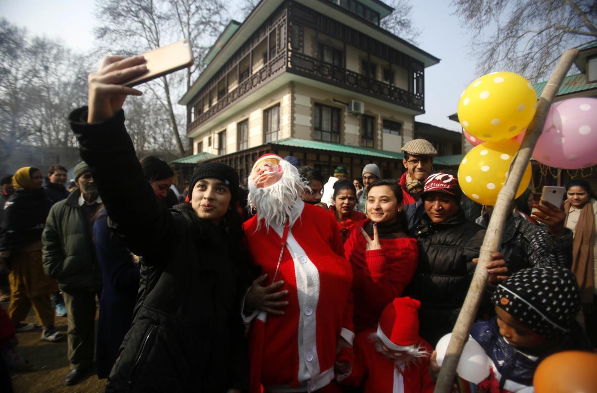 Selfie s indickými křesťany, převlečenými za Santa Clause