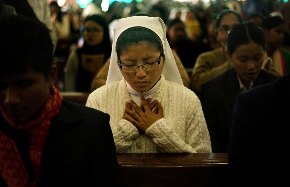 Indická jeptiška při vánoční modlitbě v kostele v Gauhati
