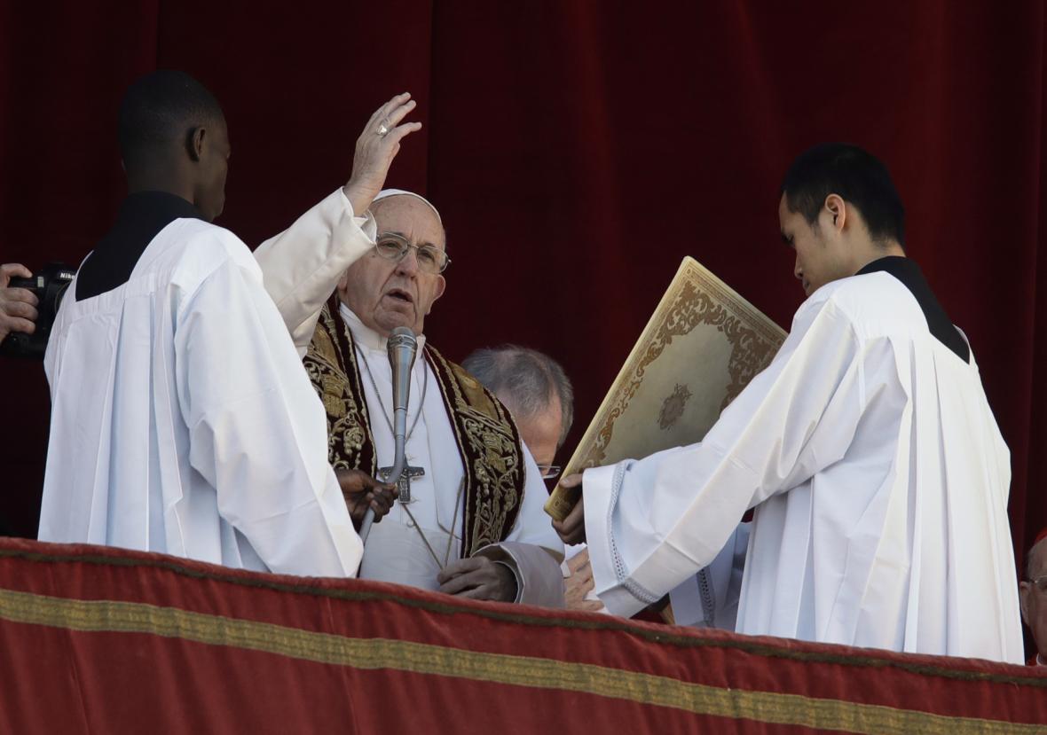 Papež František v tradičním poselství Městu a světu vyzval k dialogu mezi  Palestinci a Izraelci a k ukončení válek v Sýrii, Jemenu či v Africe.
