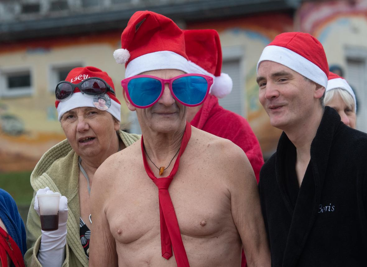 Vánoční koupání si nenechali ujít ani nadšenci v Berlíně u jezera Orankesee