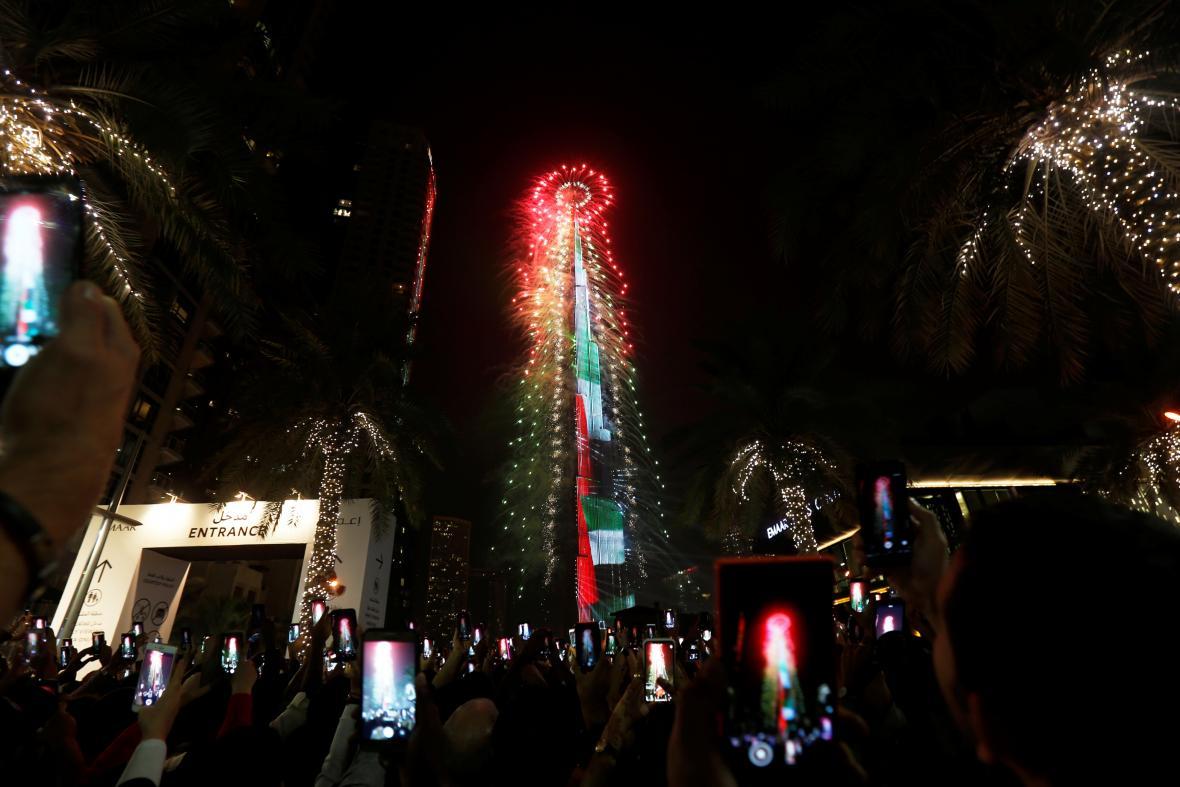 Lidé sledují zářící Burdž Chalífu v Dubaji