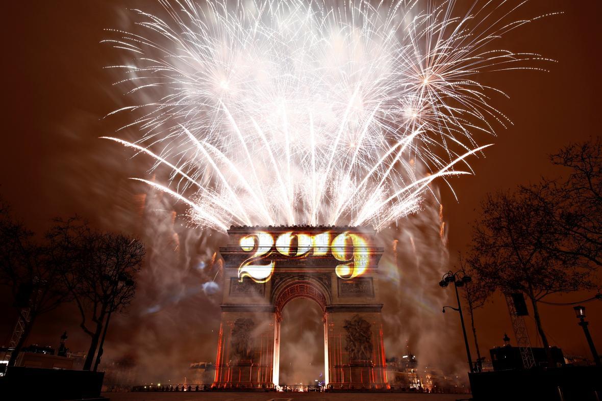 Vítězný oblouk v Paříži krátce po půlnoci