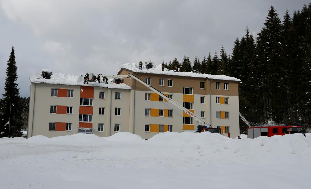 Hasiči v Německu a Rakousku bojují s přívaly sněhu