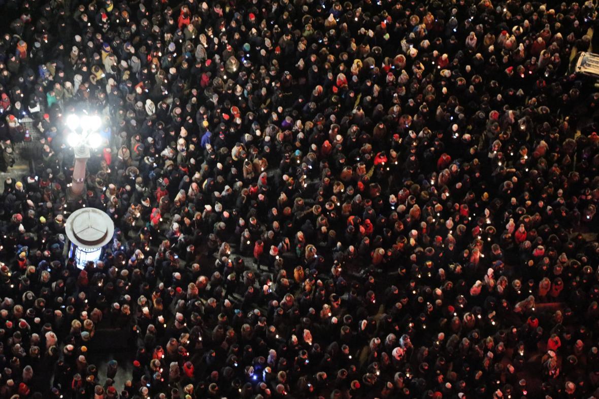Lidé v Gdaňsku demonstrují po vraždě primátora