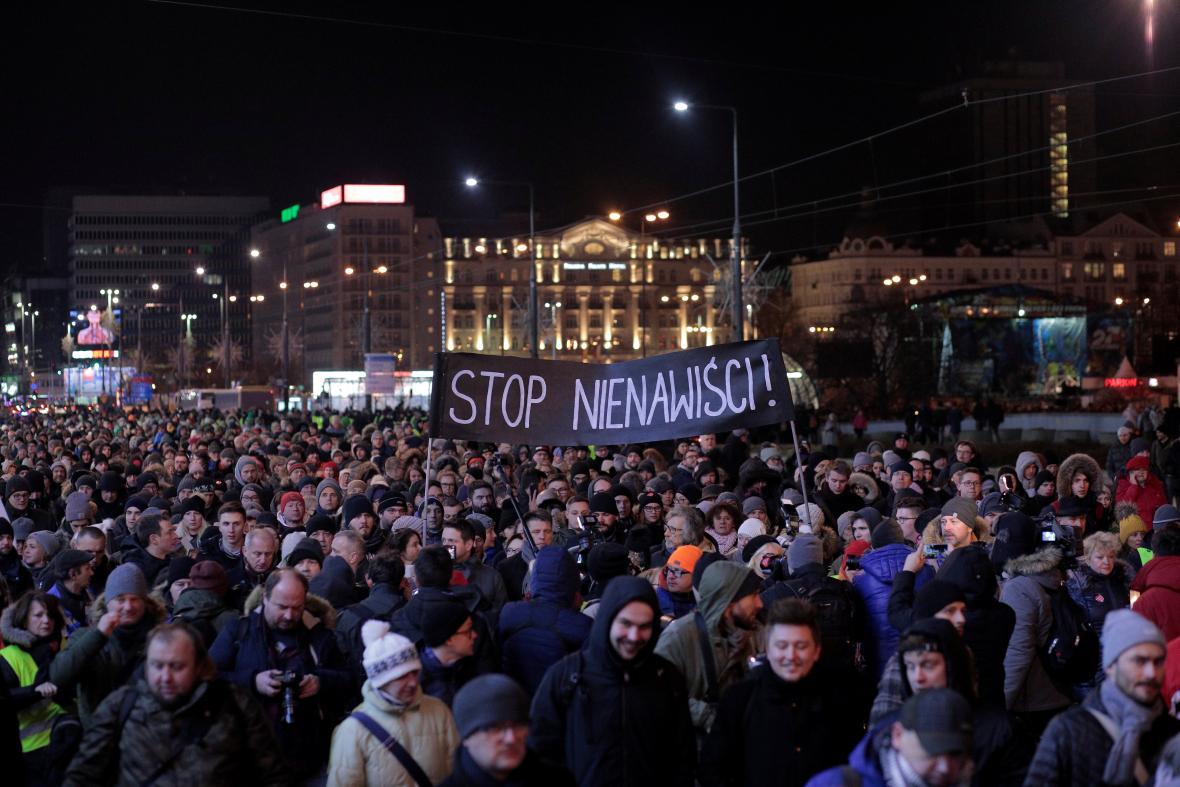 Poláci demonstrují po vraždě primátora