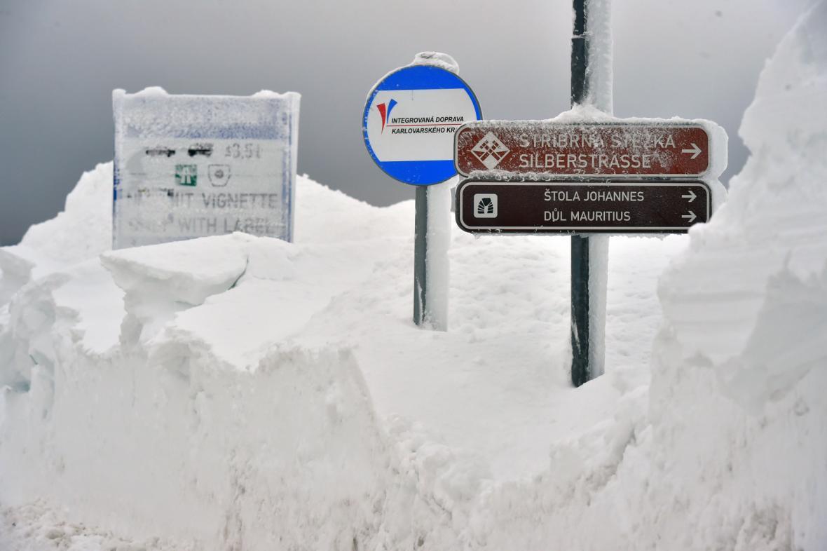 Boží dar slepený sněhem