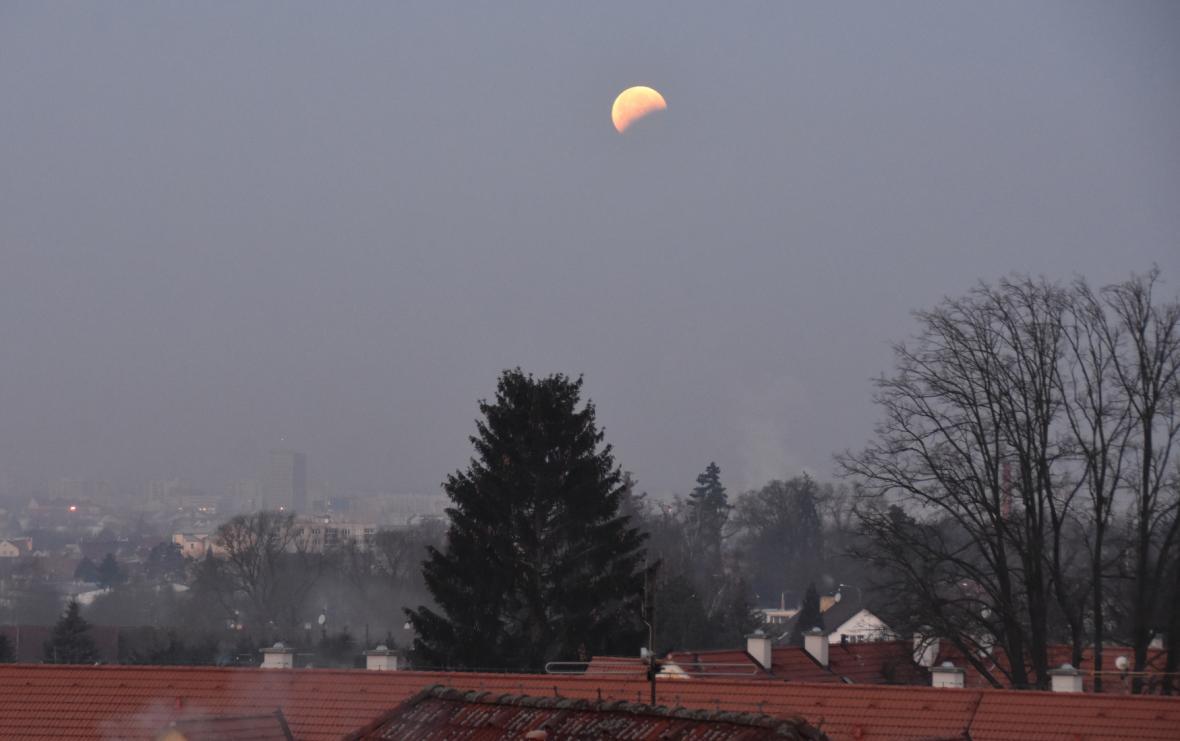Zatmění Měsíce nad Českými Budějovicemi