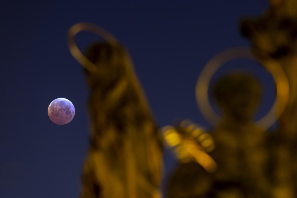 Zatmění Měsíce nad Hradcem Králové