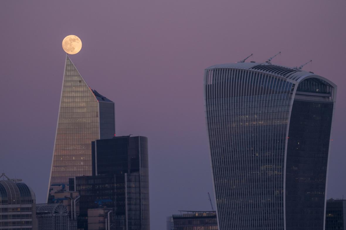 Zatmění Měsíce nad Londýnem