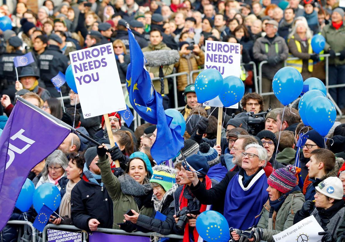 Před radnicí se shromáždili i podporovatelé dohody s unijními balónky a transparenty