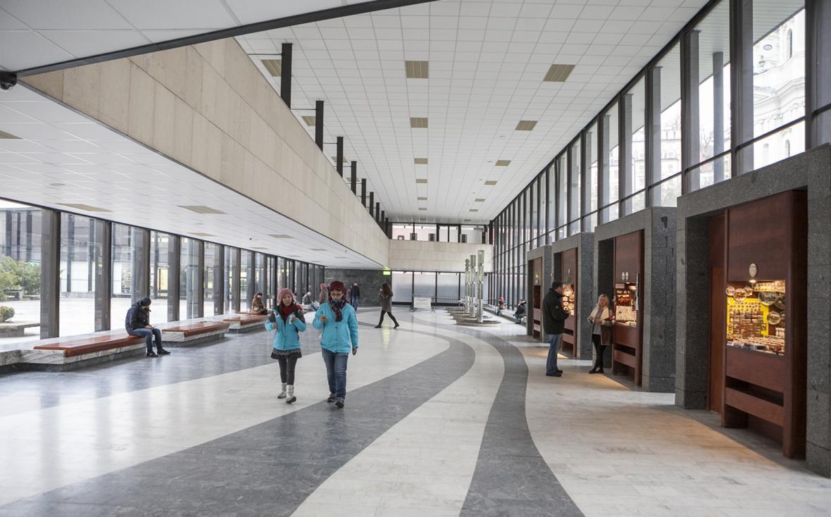 Klon z Litinová Vřídelní kolonáda v pseudorenesančním stylu od vídeňských architektů F. Fellnera a H. Helmera z roku 1878 a železobetonová Vřídelní kolonáda v brutalistickém slohu od architekta J. Otruby z roku 1975.