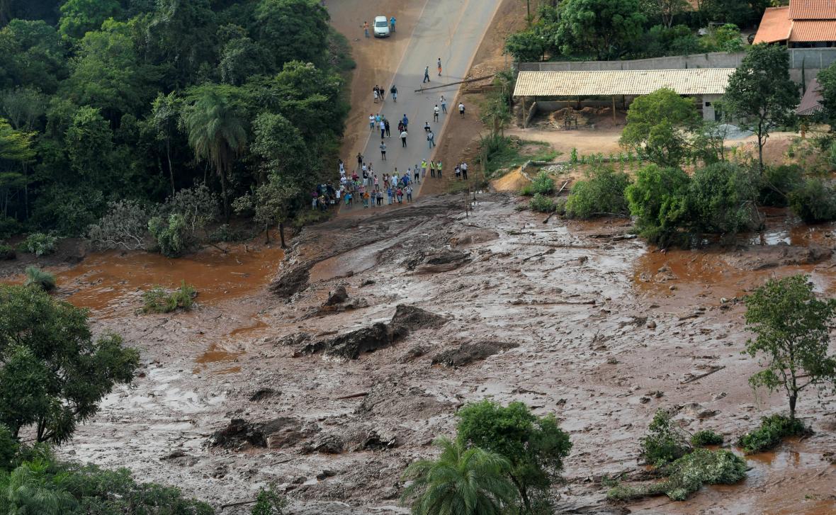 V Brazílii se protrhla nádrž, stovky lidí se pohřešují