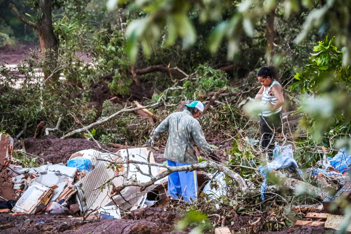 Brazílie po protržení přehrady sčítá škody a mrtvé