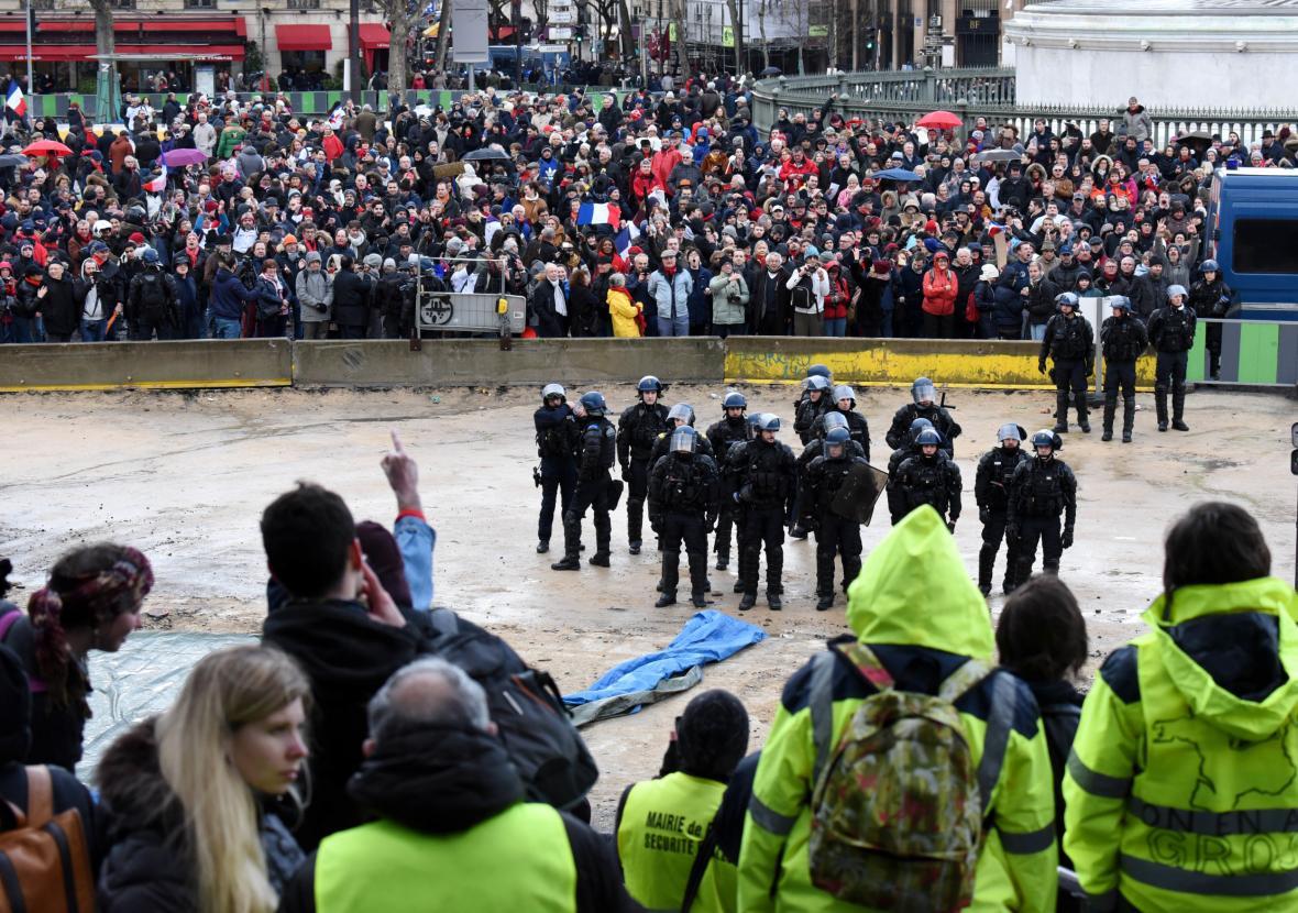 Pařížský protest takzvaných červených šátků