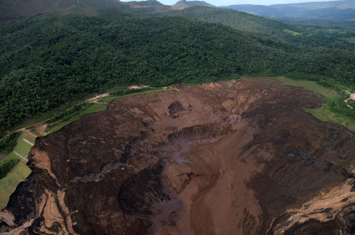 Následky protržené odpadní nádrže v Brazílii