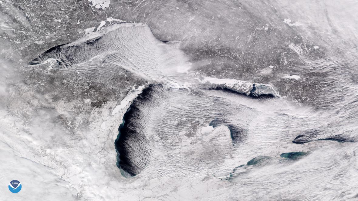 Satelitní snímek Velkých jezer na hranicích USA a Kanady