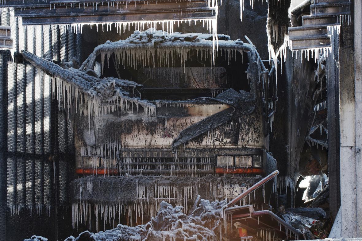 Kotviště jachet sevřené ledovou krustou na vodní hladině jezera Balaton v Maďarsku