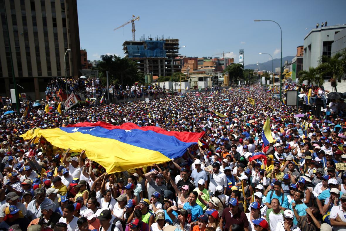 Příznivci opozice na demonstraci proti Madurově vládě v Caracasu